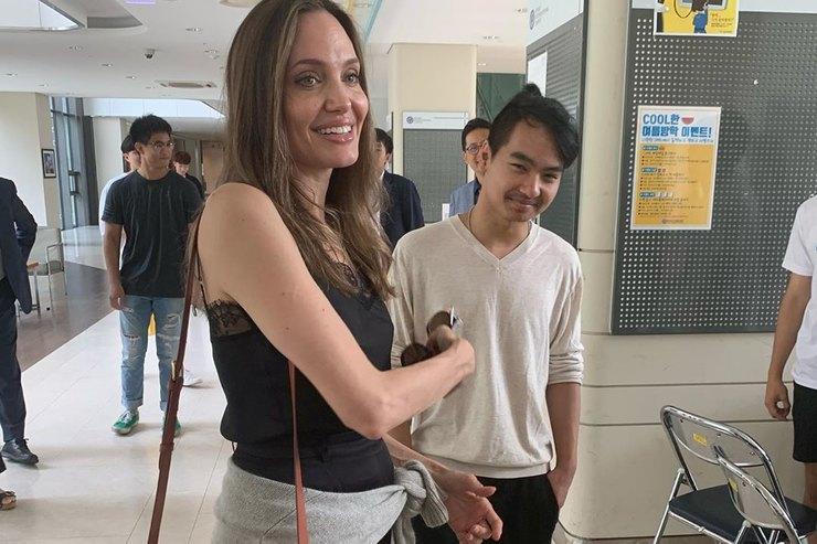 Анджелина Джоли эмоционально проводила сына вуниверситет