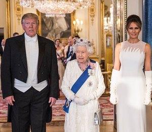 Мелания Трамп в платье Dior подчеркнула талию на приеме у королевы