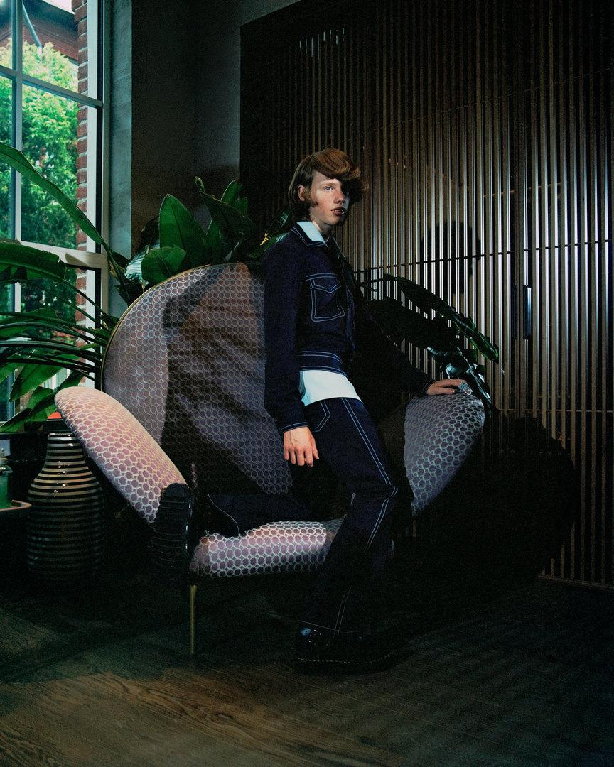 Рубашка, куртка, джинсы Sandro, ботинки Dr.Martens. Se London, кресло Stay Armchair