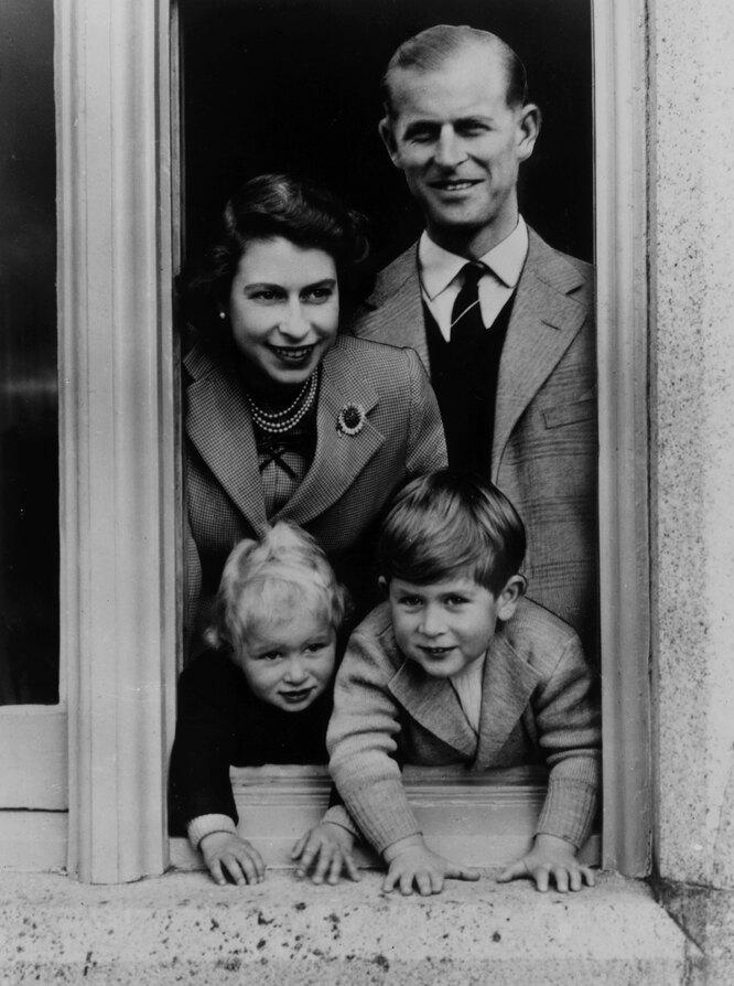 Королева Елизавета II и принц Филипп с детьми