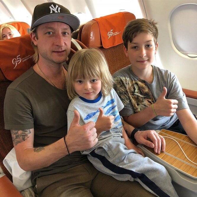 Евгений Плющенко с сыновьями Сашей и Егором