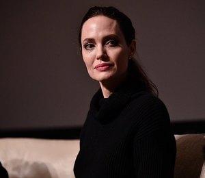 Нечего скрывать: любительница макси Анджелина Джоли надела мини-платье