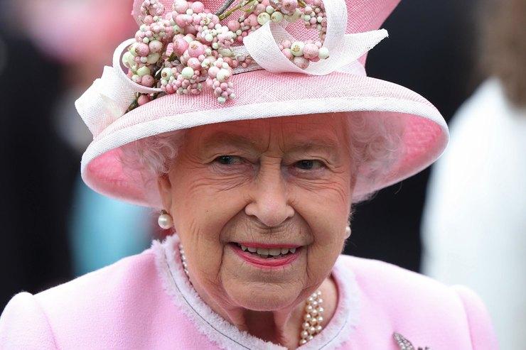 Елизавета II закрыла бар во дворце из-за пьянства лакеев