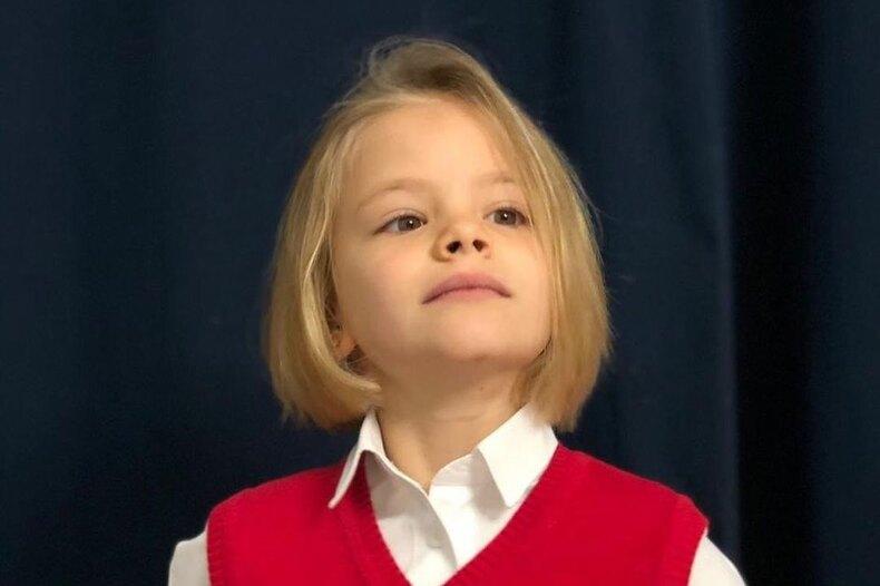 «Стильная малышка»: дочь Тимати выпросила убабушки «взрослые» сапоги
