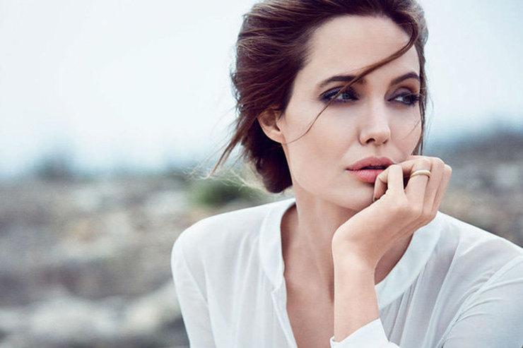 Анджелина Джоли небоится носить светлые вещи ине зря