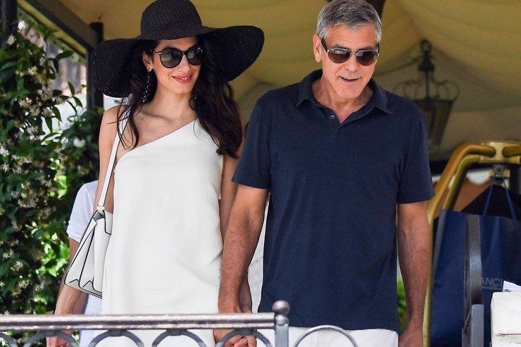 Амаль Клуни сменила два контрастных элегантных наряда вВенеции