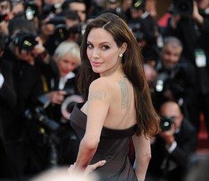 Анджелина Джоли в образе платиновой блондинки прошлась по воде