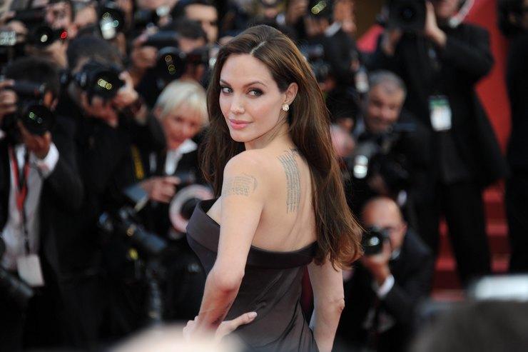 Анджелина Джоли вобразе платиновой блондинки прошлась поводе