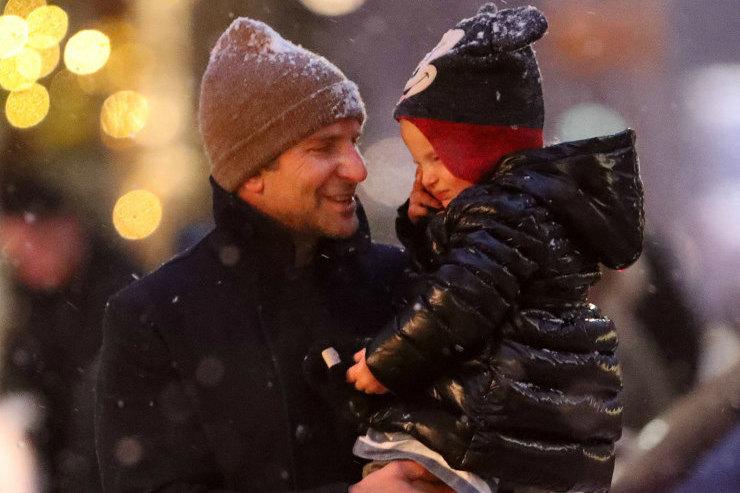 Слишком мило! Брэдли Купер сдочкой Леей радуются снегопаду вНью-Йорке