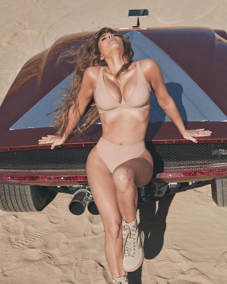 Ким Кардашьян снялась вбелье накапоте машины