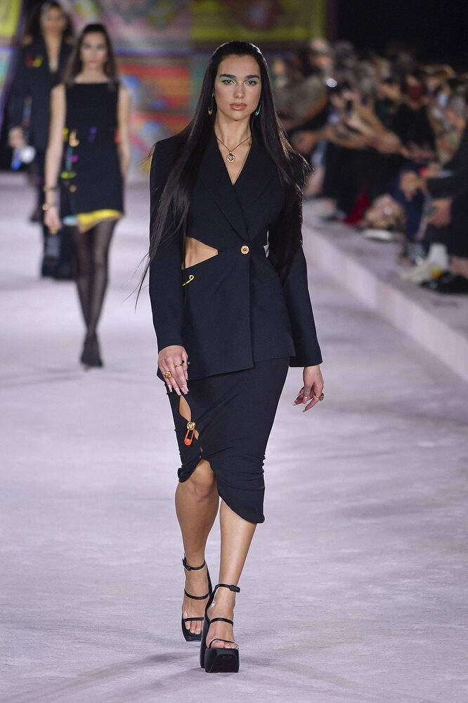 Дуа Липа на показе Versace в 2021 году
