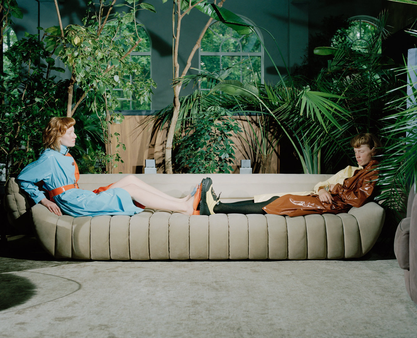 Плащ Mir Stores, обувь Camper. Baxter, диван Tactile Jan Kath, ковер Milano