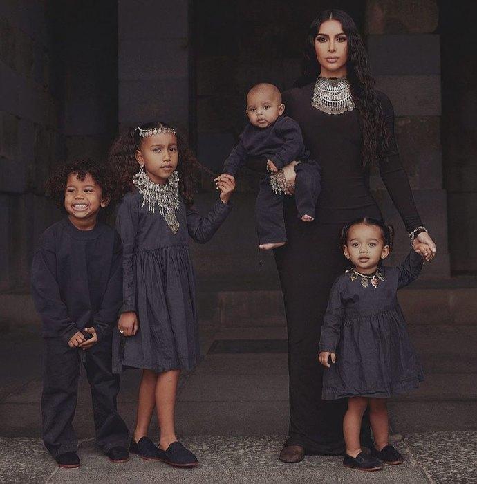 Ким Кардашьян покрестила детей вЕреване