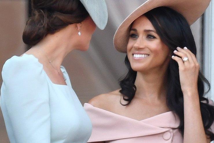В стиле Джеки Кеннеди: Меган Маркл вплатье Prada вБукингемском дворце