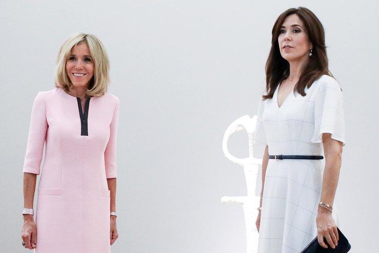 Брижит Макрон внежно-розовом платье провела экскурсию дляпринцессы Дании