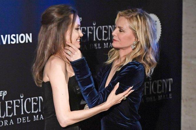 Анджелина Джоли накрасной дорожке целовалась сколлегой наглазах удочерей