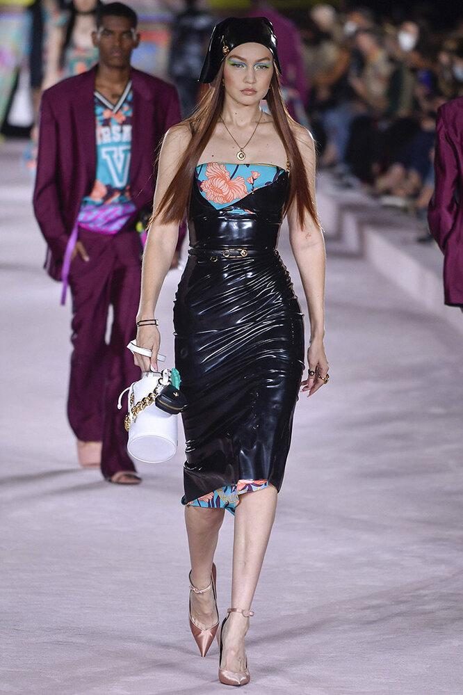 Джиджи Хадид на показе Versace в 2021 году