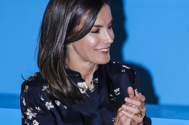 Королева Летиция составила идеальный look сплатьем Massimo Dutti